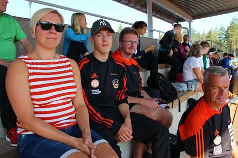 Jessica Roms, Marius Wasström, Glenn Lignell ja Tommy Högström seurasivat pituushypyn finaalia.