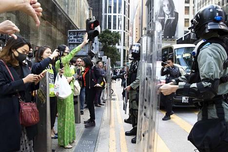 Kalle Koponen: Vuoden reportaasi 2019. Hong Kong on kuukausia väkivaltaisen mielenosoitusten kourissa. Kuvassa kaupungin liikekeskustan toimistotyöntekijät tukevat lounasmielenosoituksessaan demokratialiikkeen nuoria ja aggressiivisempia mielenosoittajia. Tuomaristo kiitteli Koposen kuvien kansainvälistä tasoa.