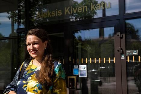 Kokoomuksen pormestariehdokas Anna-Kaisa Ikonen odottaa muiden valtuustoryhmien vastauksia kysymyksiinsä perjantaihin asti. Aamulehti kuvasi Ikosen virastotalon edustalla maanantaina.