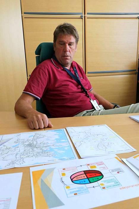Kunnallistekniikan johtaja Jaakko Aerilan pöydällä on kartta, jossa on kuntoluokitettu kaikki Rauman kadut. Seuraavana vaiheena on seuloa ne neljään eri salkkuun kiireellisyyden ja kunnostustarpeen mukaan - ja päättäjille rahanjakoa varten.