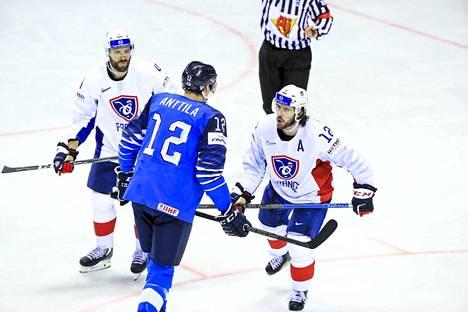 Suomi–Ranska 3–0. Leijonien kapteeni Marko Anttila joutui kesken pelin laittamaan järjestykseen Ranskan hyökkääjän Valentin Claireaux'n, jonka temput kaukalossa menivät Lempäälän jätin mielestä jo hyvien tapojen väärälle puolelle.