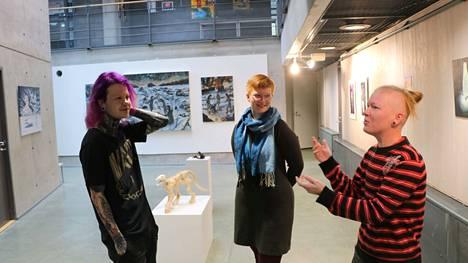 Milo Topra, Susa Pirttisalo ja Tommi Seppänen keskustelevat taidenäyttelyn värikkäästä annista.