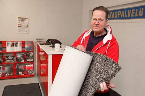 Jyrki Hakanen ottaa vastaan pestäviä mattoja toimitiloissaan Metallikylässä.