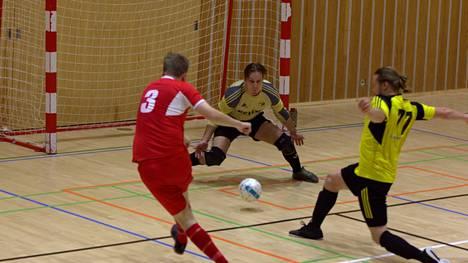 Arkistokuva kauden aiemmasta ottelusta Nokian palloseuraa vastaan. Valon kapteeni Vesa Rantanen tekee Valolle 1–0 maalin.