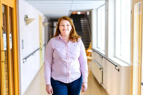 Myytyäni ensimmäisen yritykseni olin vähän aikaa projektitöissä ja vietin sitten välivuoden kotona. Nykyisen yritykseni perustin vuonna 2018, ja se työllistää 12 terveydenhuollon ammattilaista, Elina Junnila kertoo.