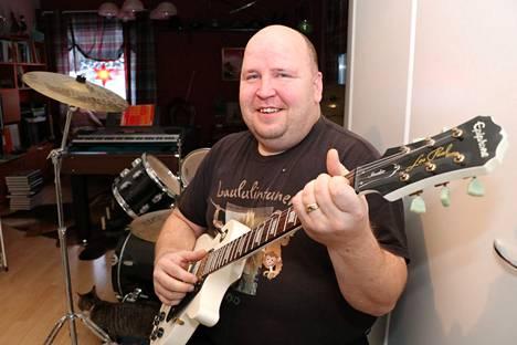 Marko Lintunen on töissä Niinisalon varuskunnassa ja laulattaa karaokeväkeä vapaa-ajallaan. Nyt hänestä tulee myös pubi-isäntä.