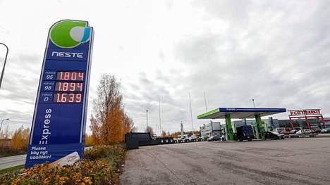 Sekä 95-oktaanisen että 98-oktaanisen polttoaineen hinnat ylittivät keskiviikkona 13. lokakuuta 1,8 euron rajan Pirkkalan Partolassa sijaitsevalla Nesteen asemalla.