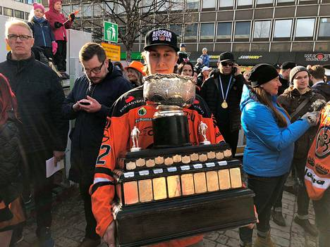 Hyökkääjä Robert Leino voitti juuri Suomen mestaruuden HPK:n paidasssa.