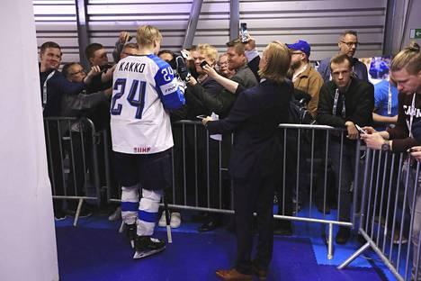 Suomi–Kanada 3–1. Kaapo Kakko aloitti kisat loistavasti ja kieputti kaksi maalia Kanadan verkkoon Leijonien avauspelissä. Kakosta tuli hetkessä median lemmikki ja Leijonat sai unelmastartin kisoille.