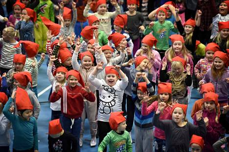 Kouluissa uskotaan, että pitkä joululoma tulee oppilaille tarpeeseen. Vuonna 2015 Porin ekaluokkalaiset viettivät joulujuhlaa urheilutalossa.