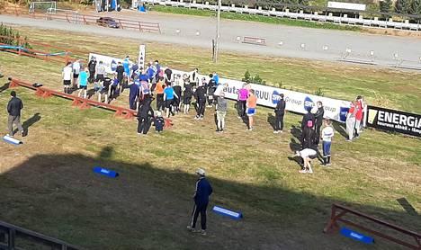 Aurinkoinen sää siivitti Syyshölkän osallistujia, jotka lähtivät matkaan yhteislähdöllä.