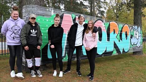 Haapamäen yläkoululaiset Siiri Amee, Rene Puronaho, Suvi Kangas, Eetu Haverinen ja Miisa Haverinen esittelivät graffitityöpajan tuloksia.