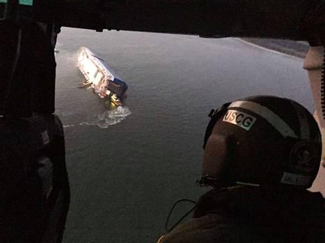 Neljään kateissa olevaan mieheen saatiin yhteys. He ovat jumissa laivan sisällä.