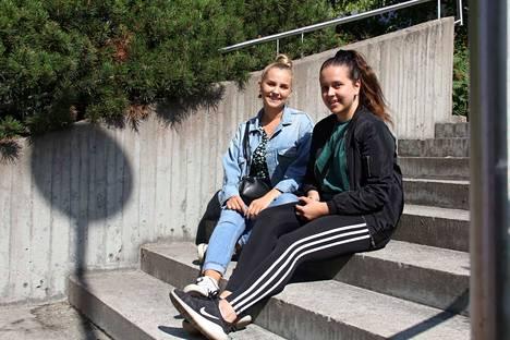 Rosanna Lyytinen (vas.) ja Janina Paananen opiskelevat Tampereen yliopistossa puheviestintää. He toivovat, että alkavan lukuvuoden kurssitarjonnan yksityiskohdat selviäisivät mahdollisimman pian.