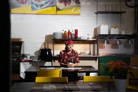 Elena Lampelalla on täysi touhu päällä aamupäivisin, kun hän kokkaa lounasruokaa sekä Salotin noutopöytään että senioritalojen kuljetuksia varten. Kiireiden keskellä on hetken hetki kahvikupilliselle.