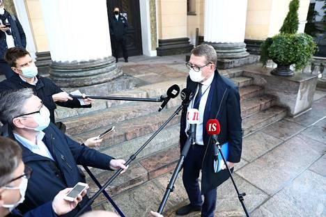 Valtiovarainministeri Matti Vanhanen huomauttaa, ettei loppuvuoden talouskehitystä vielä tiedetä. Siksi hän ei uskalla sanoa, onko seitsemäs lisätalousarvio vuoden viimeinen vai ei.