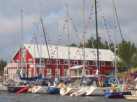 Krookan satamassa toimii vierasvenesatama, kalansavustamo ja taidegalleria.