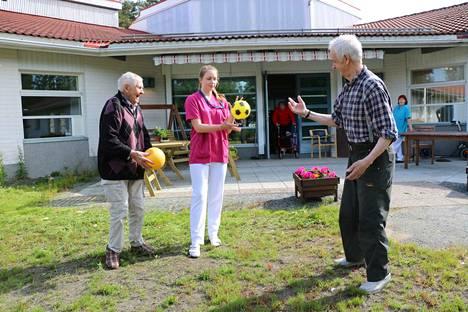 Pallo lentää Metsätähden pihamaalla. Mukana pelissä asukkaat Lasse Santti ja Kalevi Joensuu sekä 17-vuotias kesätyöntekijä Katariina Vehkala.