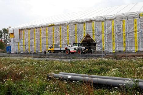 Villa Vilinää rakennetaan jo täyttä päätä säältä suojassa. Päiväkodin on määrä olla valmis ensi kesänä.