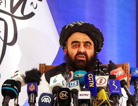Juuri nimitetty Talibanin siirtymähallituksen ulkoministeri Khan Muttaqi puhui lehdistötilaisuudessa Kabulissa syyskuun puolivälissä.