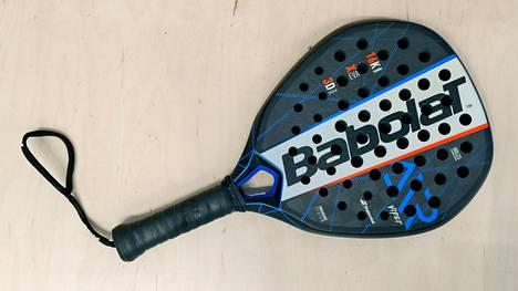 Padel-maila muistuttaa lyhytvartista tennismailaa. Tennispallot käyvät myös padelin pelaamiseen.