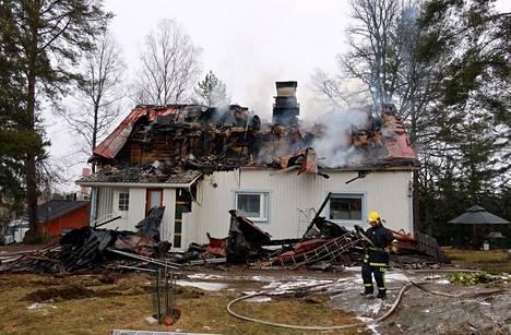 Rakennus vaurioitui palossa merkittävästi. Tältä palopaikalla Tampereen Korkinmäessä näytti puoli kuuden aikaan tiistaina.