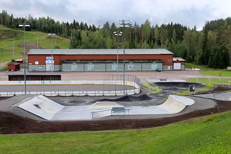 Virtain uusi pumptrack- ja skeittirata on hyvinvointipuiston kruunu. Sen vieressä on jäähalli, urheilukenttä, laskettelurinne, tenniskentät, uimaranta...