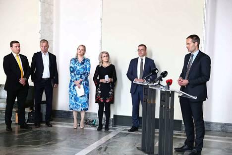 Koko opposition välikysymystä olivat jättämässä perussuomalaisten eduskuntaryhmän puheenjohtaja Ville Tavio, Liike nyt -eduskuntaryhmän Hjallis Harkimo, perussuomalaisten varapuheenjohtaja Riikka Purra, kristillisdemokraattien eduskuntaryhmän puheenjohtaja Päivi Räsänen, kokoomuksen puheenjohtaja Petteri Orpo ja kokoomuksen eduskuntaryhmän puheenjohtaja Kai Mykkänen.