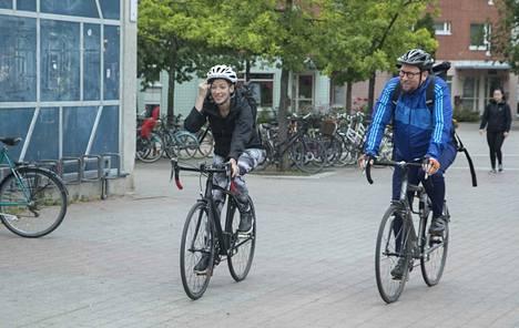 Vasemmistoliiton puheenjohtaja Li Andersson ja eduskuntaryhmän puheenjohtaja Paavo Arhinmäki ajoivat pyörällä Helsingistä Porvooseen, jossa ministeriryhmä kokoontuu hiomaan tavoitteitaan.