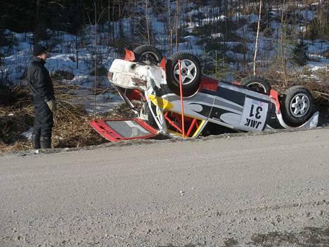 Siinä on, lienee Tomi Janger tuumannut katsellessaan autoaan ulosajon jäljiltä.