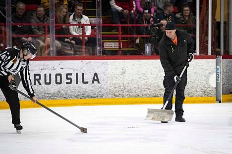Tuomari ja kenttämies putsasivat Isomäki-areenan jäätä lauantaina.