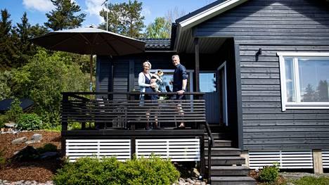 Kirsi ja Tommi Liesniemi remontoivat mökin päärakennuksen julkisivun viime kesänä. Vanha punamullan sävy sai vaihtua moderniin tummaan harmaaseen. Idea ulkovuorauksen uusimiseen tuli, kun Kirsin veli remontoi oman kesämökkinsä julkisivun. Liesniemet kävivät katsomassa lopputulosta ja saivat välittömästi inspiraation.