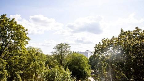 Sunnuntaina 25. heinäkuuta Pirkanmaalla saatiin jälleen nauttia aurinkoisesta ja poutaisesta kesäpäivästä. Kuva on otettu sunnuntaina Sorsapuistosta Tampereelta. Hellekesä on kuivattanut maan Pirkanmaalla erittäin kuivaksi ja metsäpalovaroitus on voimassa torstaihin asti.