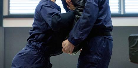 Epäilty mies on opettanut poliisikoulussa voimankäyttöä (arkistokuva, kuvan henkilöt eivät liity tapaukseen).