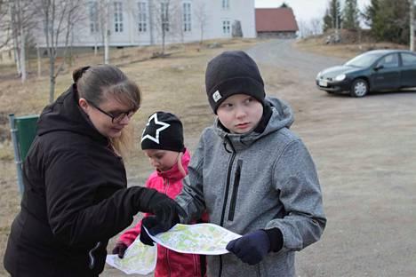 Minna Uusiniitty-Kivimäki lähti kuskiksi lapsilleen Liina ja Venni Kivimäelle kokeilemaan omatoimisuunnistusta. Suunnistuskoulua käyneiden lasten innostus tarttui kuin varkaiten äitiinkin. Mitä todennäköisimmin kolmikko suuntaa myös tulevina viikonloppuina omatoimirasteille.