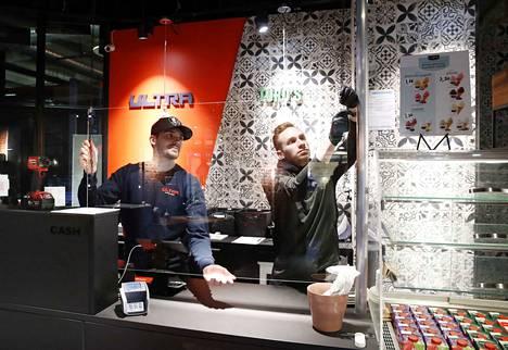 Yrittäjäveljekset Tino (vas.) ja Ekku Lehtonen asensivat maanantaina Turo's Heavy Kebabin Puuvillan toimipisteeseen pärskesuojan.