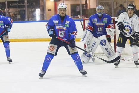 KeuPa HT:n Atro Leppänen on noussut ryminällä parrasvalojen ulkopuolelta Mestis-puolustajien aateliin. Perjantaisen K-Vantaa-pelin jälkeen mies keikkuu sekä puolustajien pistepörssin että Mestiksen plus-miinus -tilaston kärjessä.