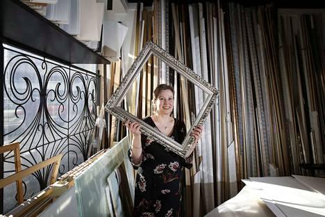 Yrittäjä Pirjo Vallin oppi taidekehystämössä tarvittavat opit kädestä pitäen ulvilalaisessa alan yrityksessä.