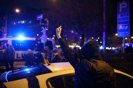 Helsingin Töölön asukkaat seurasivat ohikulkevia mielenosoittajia. Marssijoita oli kuudessa eri mielenosoituksessa yhteensä useita tuhansia.