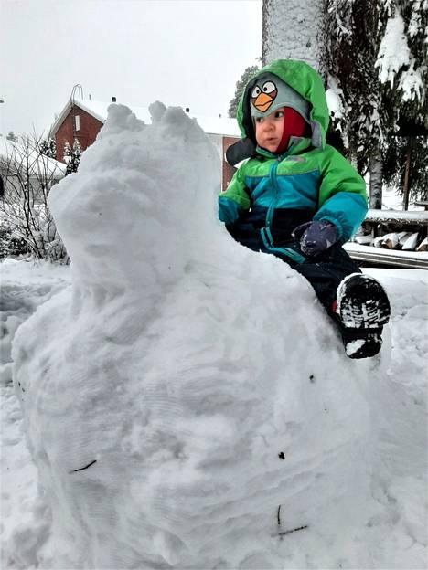 Raino, 1 vuosi ja 7 kk , pääsi ratsastamaan lumikoiralla. Kuva Jenna Saarenluoma.