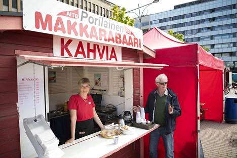 Myyjä Aulikki Järvenpää ja Makkarabaarin omistaja Jouni Livisti saavat kesäpäivän kulumaan hyvin Pohjoiskauppatorilla.