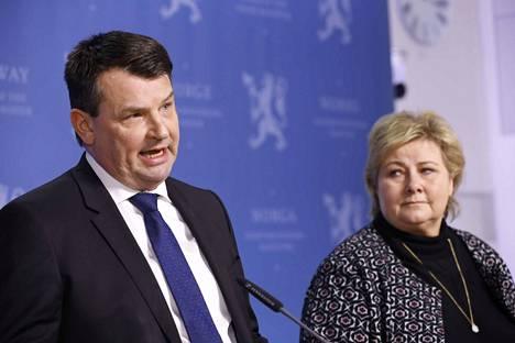 Norjan oikeusministeri Tor Mikkel Wara (vas.) ilmoitti erostaan pääministeri Erna Solbergille (oik.). Hän on ollut pari viimeistä viikkoa virkavapaalla avovaimoonsa kohdistuneiden epäilyjen vuoksi.
