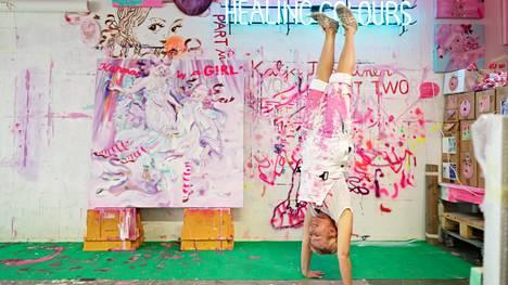 Kuvataiteilija Katja Tukiainen tunnetaan räväkän herkistä ja pinkin sävyisistä teoksistaan. Kuva vuodelta 2019.
