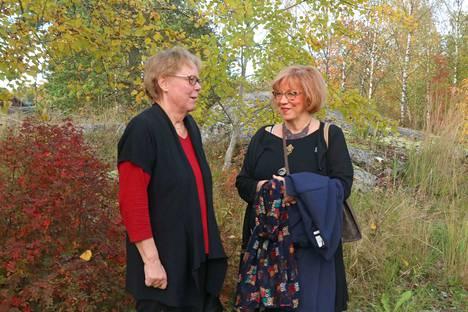 Vanhustenviikon juhlan luennoitsija Maritta Salonojalla (vas.) ja Merikarvian vanhus- ja vammaisneuvoston sihteeri Marja Niemispellolla oli juttutuokio ennen tilaisuuden alkua.