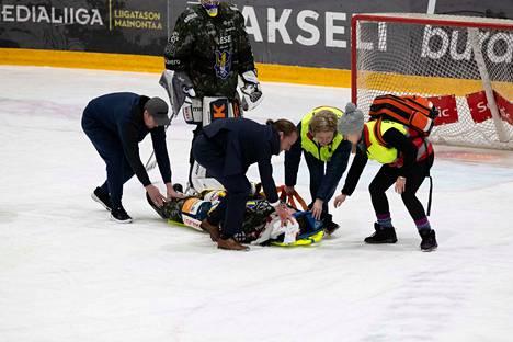 Patrik Puistola loukkaantui tiistaina Ilvestä vastaan ja vietiin ambulanssilla sairaalaan.