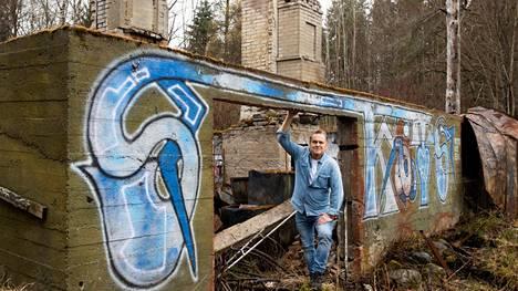 Kun Juha Veli Jokinen oli lapsi, hänen Tampereen keskustassa asunut perheensä muutti joka kesäksi sukuhuvila Peltolaan Alasjärven rantaan. Vuonna 2010 huvila poltettiin.