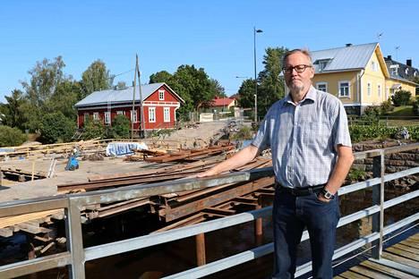 Idyllinen kivisilta on muuttunut rakennustyömaaksi. Pomarkun kunnanjohtaja Eero Mattsson iloitsee siitä, että vuonna 2020 valmistuva uusi silta on yksi yhteen vanhan sillan näköinen.