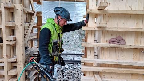 Kauhajokelainen Henri Simonen työskentelee Kolhon ylikulkusillan alla ja irrottaa korjauksessa käytettyjä tukirakenteita.