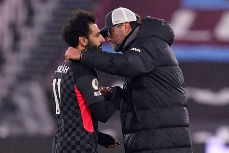 Liverpoolin tähtikyökkääjä Mohamed Salah (vas.) ja valmentaja Jürgen Klopp eivät pääse Leipzigiin.