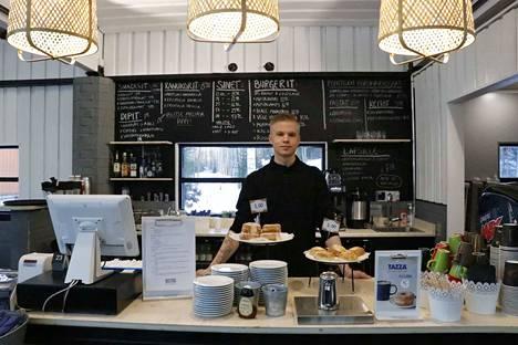 Kokki Antti Mäkinen isännöi tiistaina Bistro Mustavuoren keittiötä. Paikkaa on vaikea tunnistaa entiseksi rinnekahvilaksi.